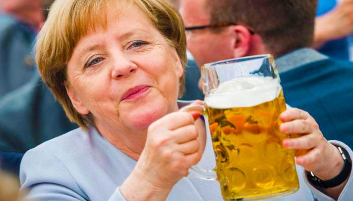 Sörözik Angela Merkel, a világ legbefolyásosabb nője.