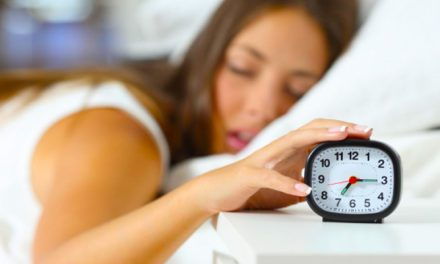 Nehezen alszol el, és gyakran felébredsz éjszaka? Ez lehet az oka!
