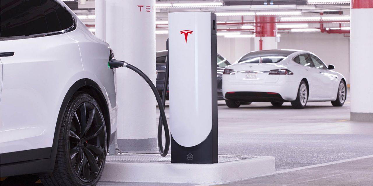 Ingyen töltőállomásokat kínál a Tesla
