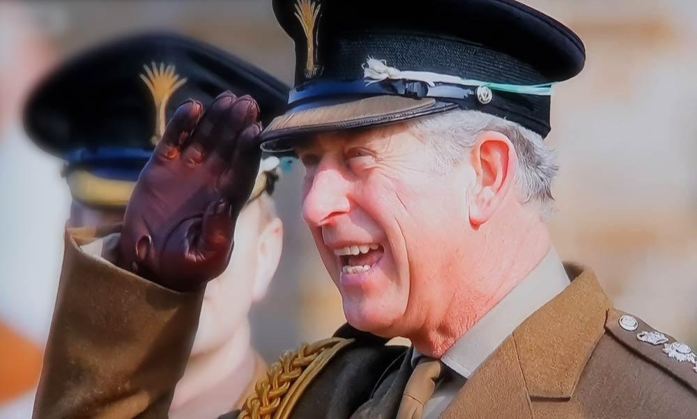 Póréhagyma volt a brit trónörökös, Károly herceg füle mögött! Miért?