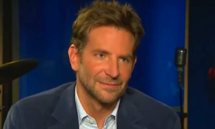 Döbbenten bámult Bradley Cooper egy riporterre