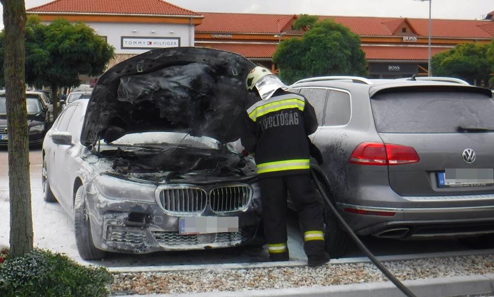 Kiégett egy BMW az egyik bevásárlóközpont parkolójában