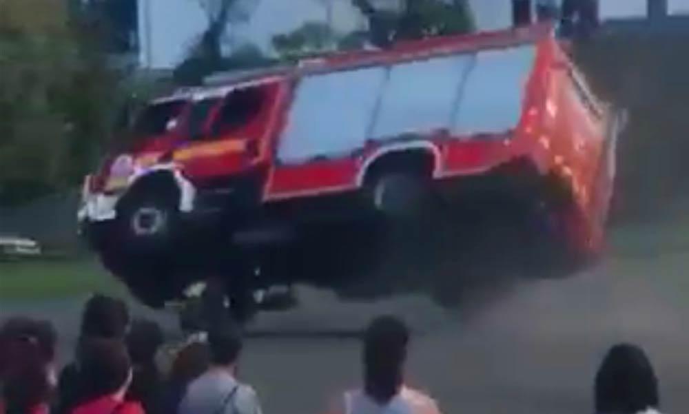 Hataslmast borult mindenki szeme láttára egy tűzoltóautó Vácon – Látványos videó!