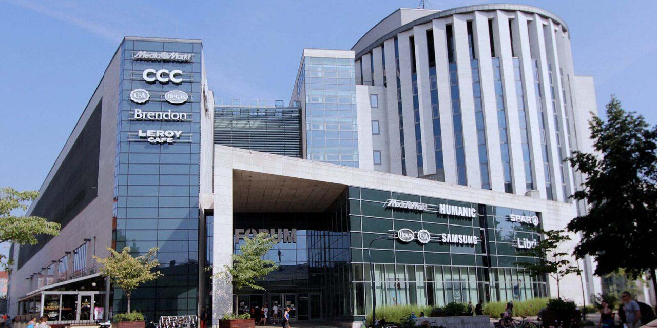 Támadás a debreceni Fórumban: keresik az elkövetőket
