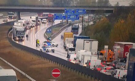 Halálos kamionbaleset történt az M0-áson, lezárták az autóutat