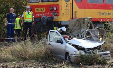 Vonattal ütközött egy autó, meghalt a sofőr
