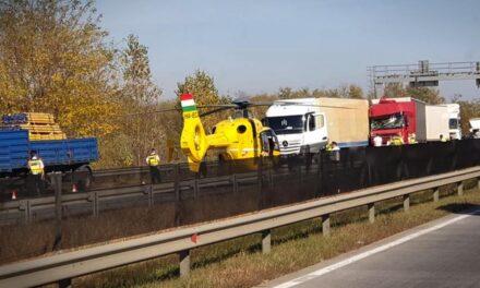 Mentőhelikopter szállt le az autópályán, négy kamion karambolozott