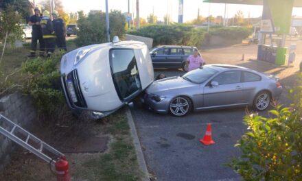 Parkoló luxusautóra zuhant egy autó – Látványos fotók!