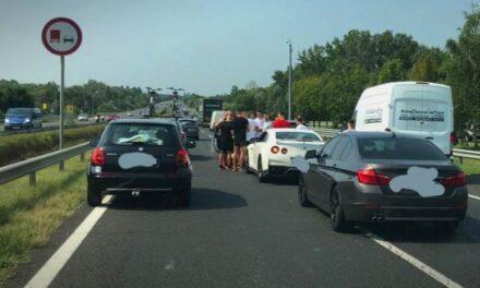 Öt autó  ütközött az M1-esen, káosz van a környéken