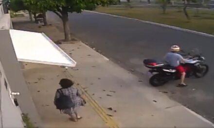 Lecsapott az automata garázsajtó szerencsétlen asszonyra (Videó)