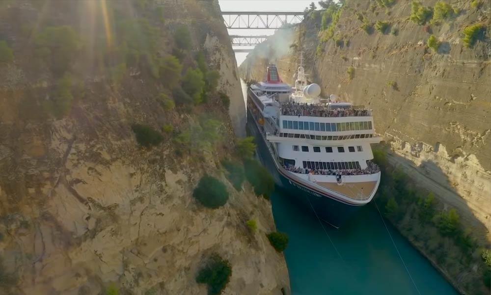 Először ment át ilyen óriási hajó ezen a csatornán (Videó)