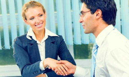 Seggnyalók előnyben! Miért vannak jó pozícióban a hízelgők egy munkahelyen?