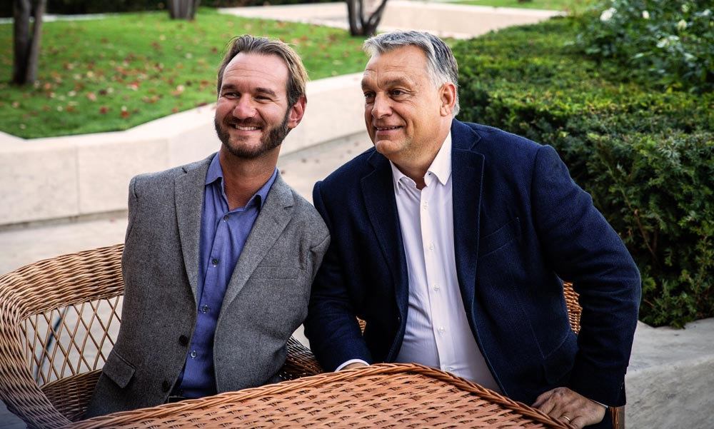 Kéz- és lábnélküli emberrel imádkozott Orbán Viktor