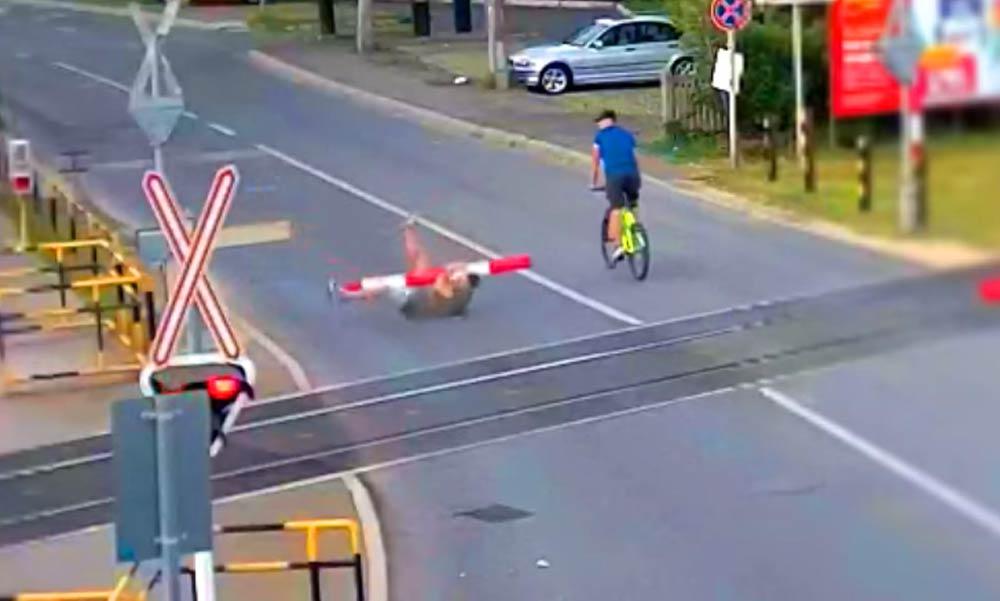Viccből letört egy sorompót, majd elmenekült. Most keresi a rendőrség