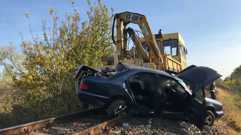 Vasúti munkagéppel ütközött egy autós, a sofőr a helyszínen meghalt