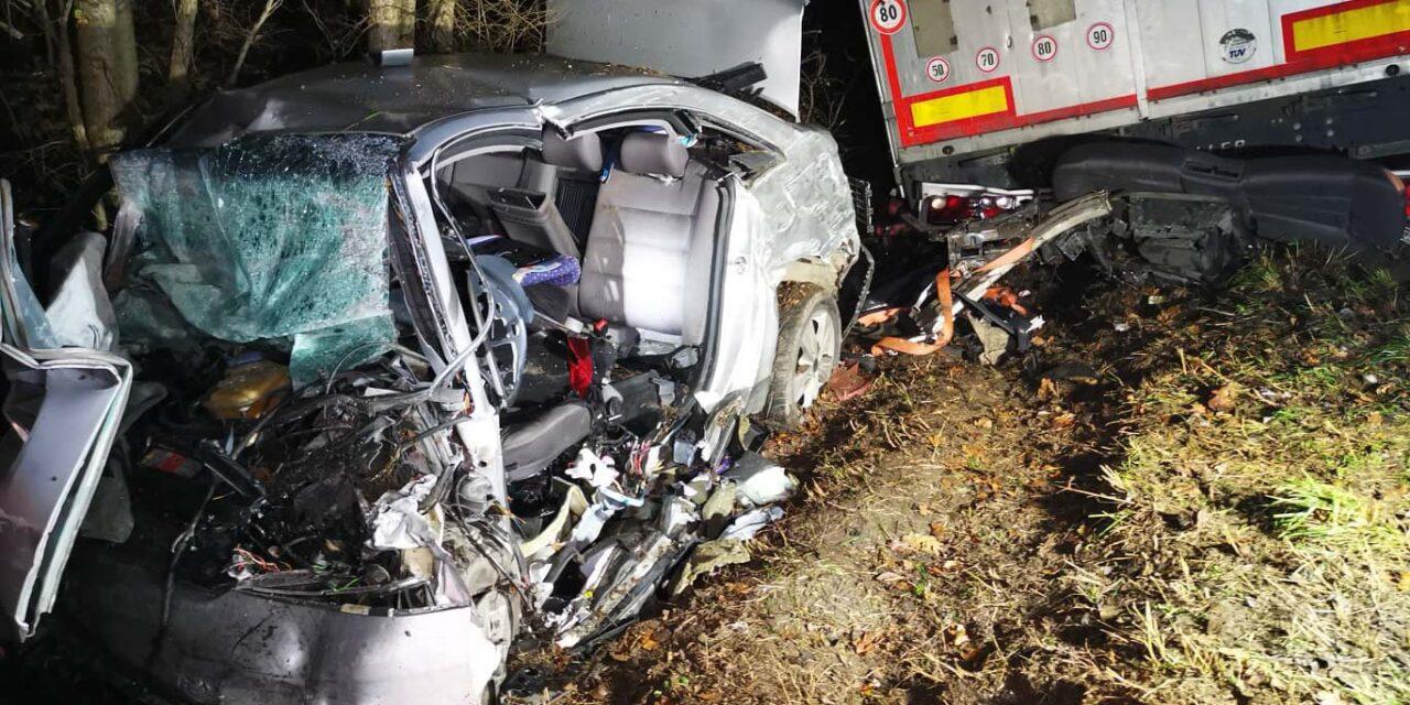 Halálos baleset Ajkánál: a felismerhetetlenségig összetört az Audi