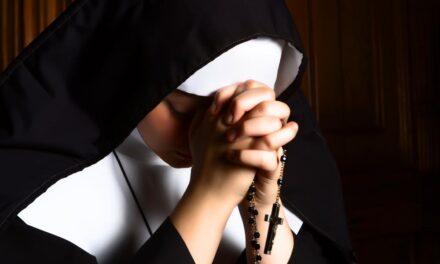 Kirúgtak egy apácát, mert beleszeretett egy férfibe