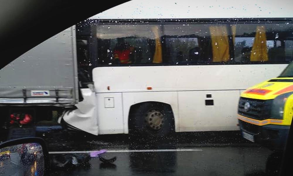 Belecsapódott egy busz egy kamionba az autópályán, mentőhelikopter is érkezett