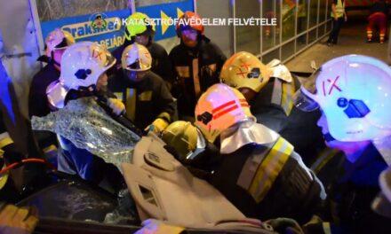 Videón, ahogy kiemelik a Praktikerbe csapódott autóst a roncsból