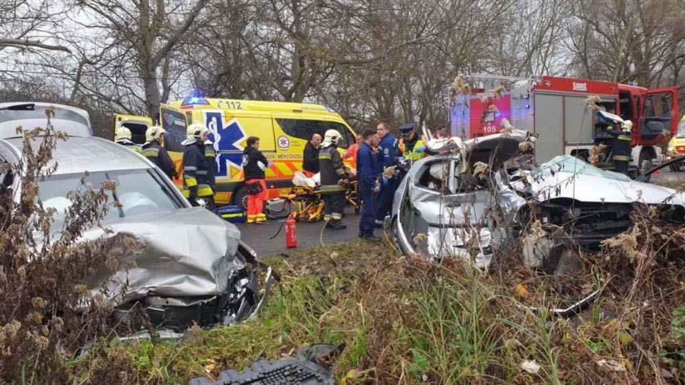 Szörnyű tragédia: meghalt a három éves kislány, aki miatt  a mentősök lezárták az utat