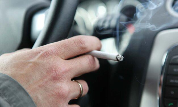 Betilthatják az autóban való dohányzást