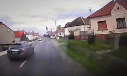 Videón, ahogy az idióta padlógázzal berongyol a faluba, majd az árokba csapódik