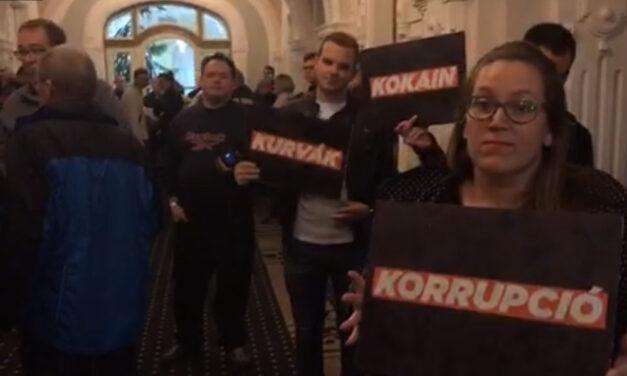 Botrány a győri Városházán! Tüntetők próbálták rátörni az ajtót Borkai Zsoltra