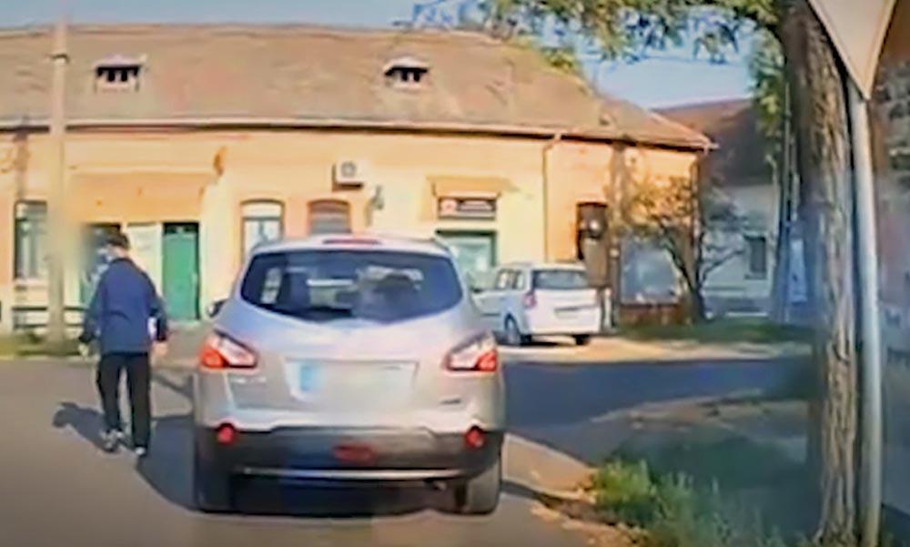 Parasztozás, tahózás a videón: Felvették a kereszteződésben leparkoló és elsétáló férfit, aki csak magával foglalkozott