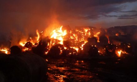 Óriási tűz van Somogyban: szalmabálák égnek