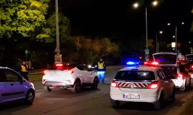 Szalagkorlátnak ütközött egy autó, lezárták az M6-ost
