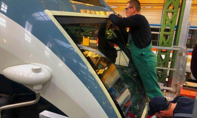 Egy idióta fűnyírót tett a sínre, összetörte az új vonatot