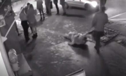 A brutális állatkínzó az utcán vonszolta végig a szerencsétlen kutyát (18+Videó)