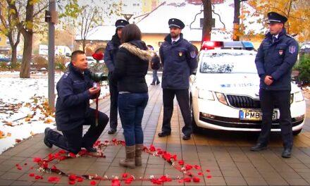 """Csókolózó rendőr, meglepő lánykérés: """"Felszólítom Alexandrát, hogy jöjjön ki az épületből!"""""""