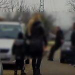 Szamurájkardos támadás: Úgy megütött egy férfi egy másikat, hogy az nekicsapódott az autónak (Videó)