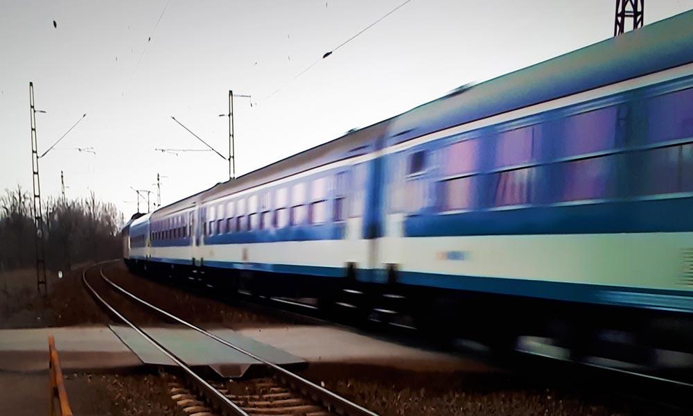 Baleset miatt áll a forgalom a pécsi vasútvonalon