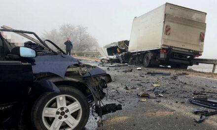 Tragikus baleset a 6-os úton, alig maradt valami az autóból