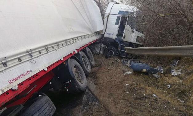 Lezárták az M1-es autópályát: kamion az árokban