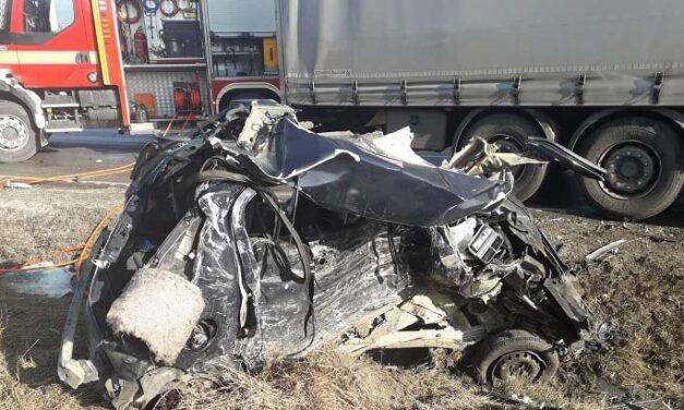 Kamionnal ütközött egy autó a 10-es főúton – a sofőr nem élte túl