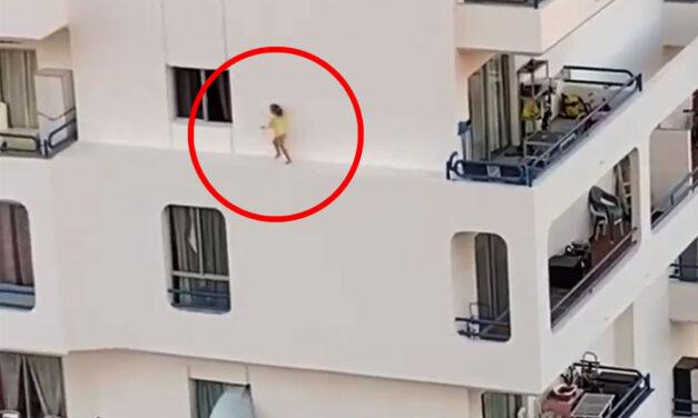 Vérfagyasztó látvány: Egy kisgyermek kimászott az erkélyen és a 4. emeleti homlokzaton sétálgatott