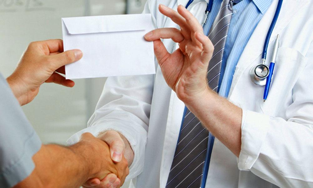 Rengeteg hálapénzzel húzzák le a betegeket egyes orvosok, de ez a minisztert nem zavarja