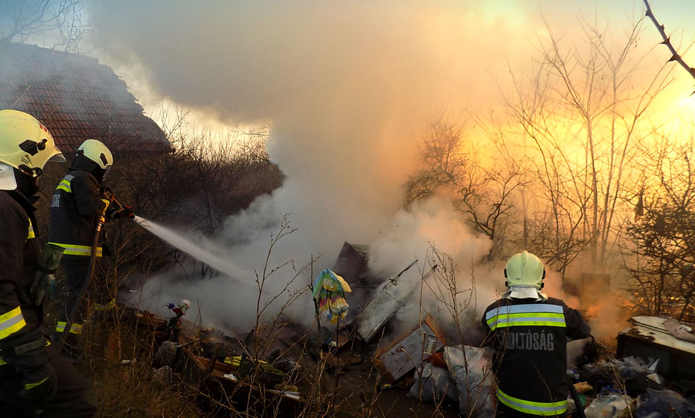 Felrobbant egy gázpalack és kiégett egy lakókocsi