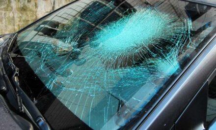 Több csontja is eltört annak a férfinak, akit elgázolt egy autó,  majd a szélvédőre szorulva furikáztatta