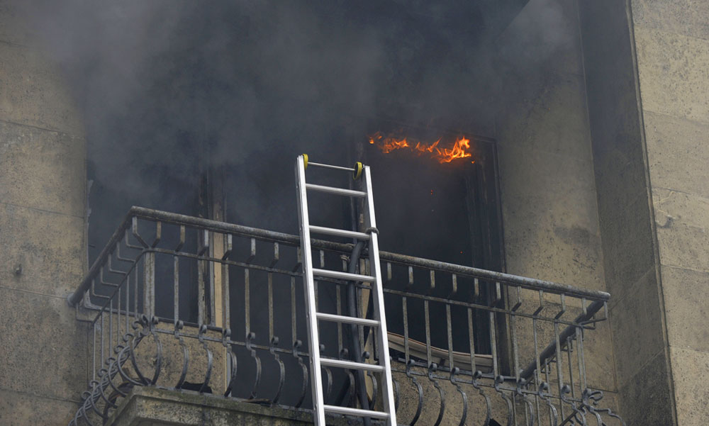 Feküdjön a földre! – kiabálták a lángoló lakás tulajdonosának a szomszédok