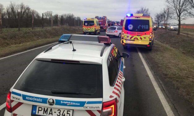 Halálos baleset a 6-os úton, az autók a földúton kerülnek