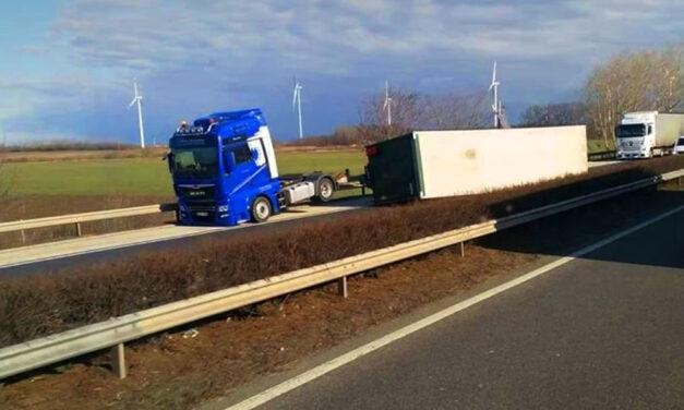 Szélvihar: felborult egy kamion az M1-esen, az M7-est lezárták