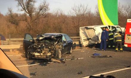 Kisbusz ütközött egy személyautóval – lezárták az M3-as autópályát