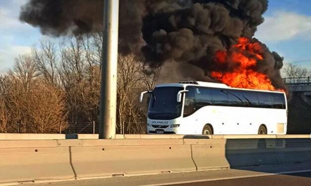 Kigyulladt egy Volánbusz az M3-as autópályán, óriási lángokkal ég a jármű