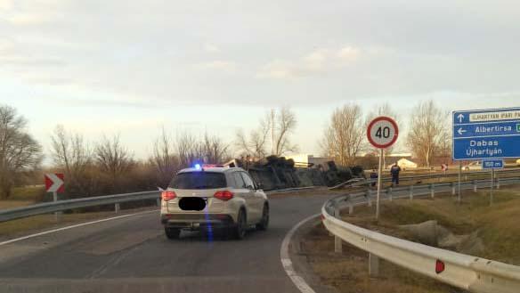 Elhunyt az M5-ösön felborult kamion sofőrje, közben hat autó is  összeütközött ugyanitt