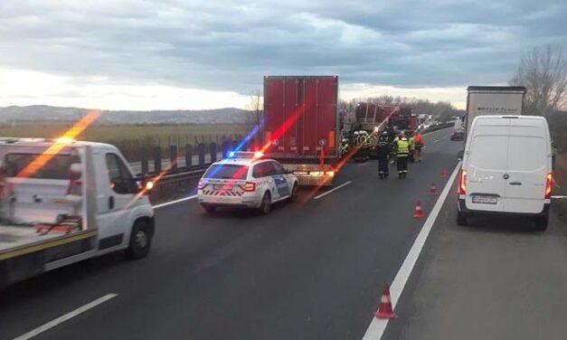 Három kamion ütközött az M1-es autópályán, több kilométeres a sor