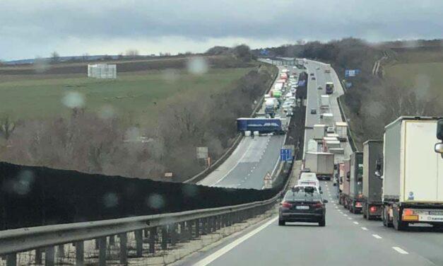 Csúnya baleset! Keresztben áll egy kamion az M1-es autópályán